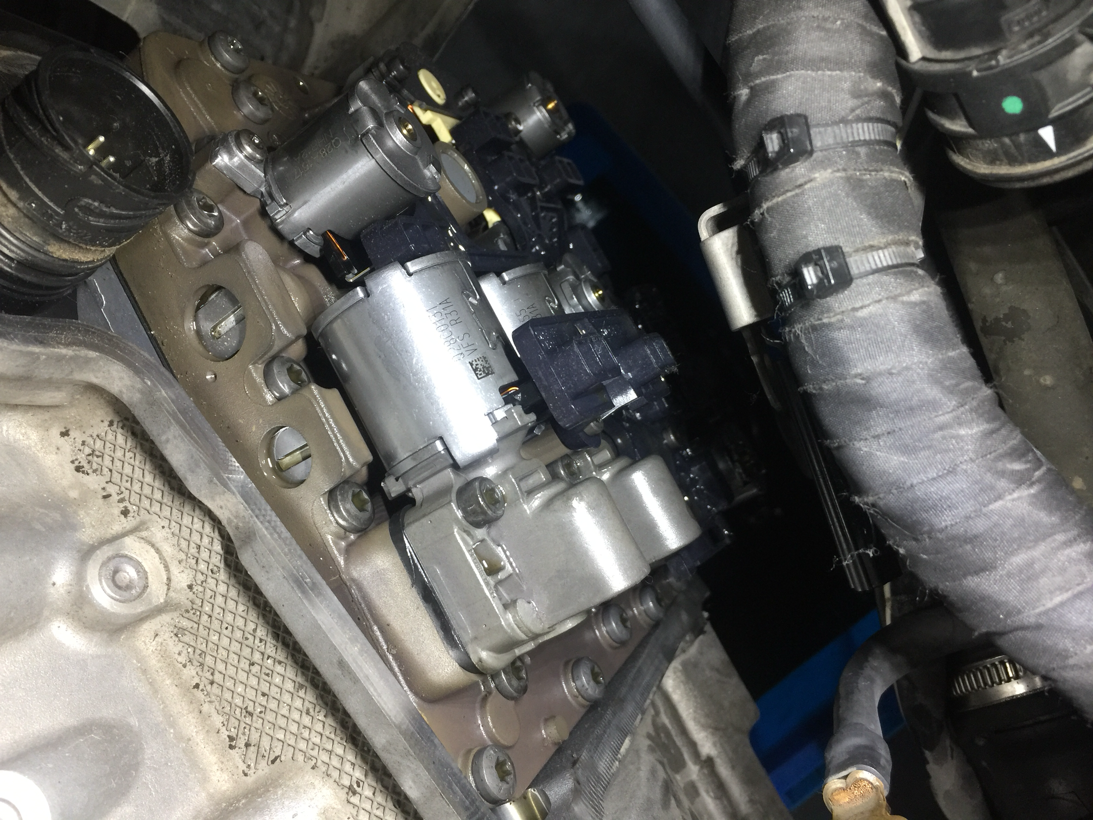 奥迪s3变速箱油阀和电脑板怎么给它拆下来,看了一下旁边的螺丝有几个