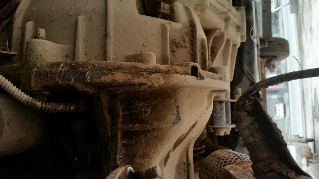 14年赛欧油底壳螺丝都拆完了,即便有胶也不可能那么难