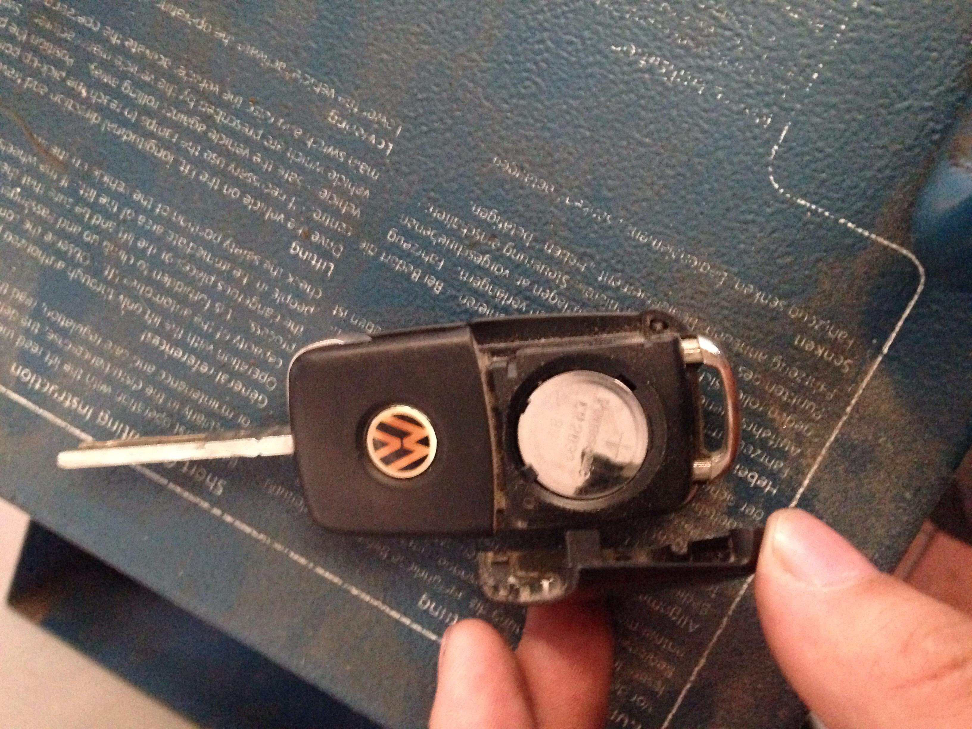 汽大众汽车钥匙没电了怎样打开换电池